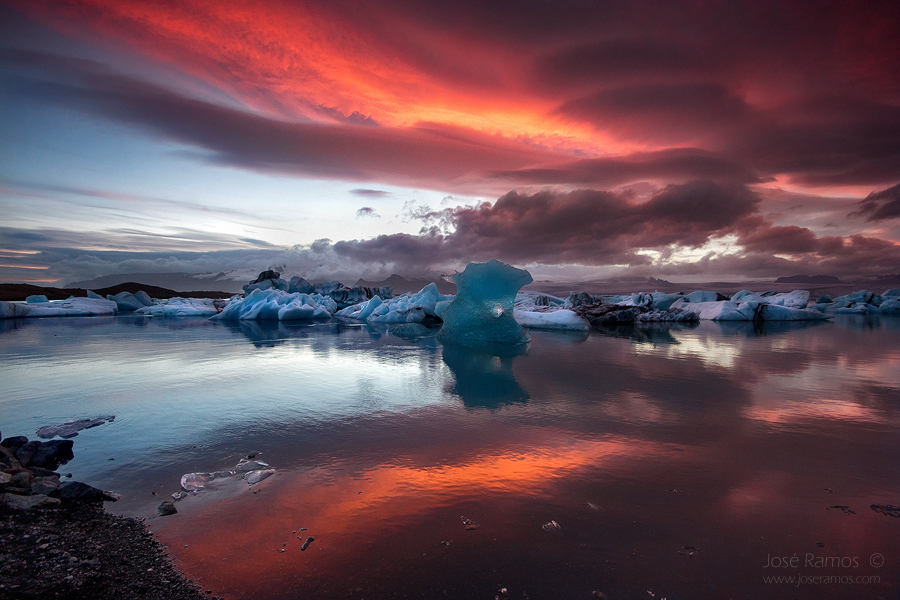 Waterscape sunset photography in Jokulsarlon glacier lagoon, in Iceland, shot by landscape photographer José Ramos