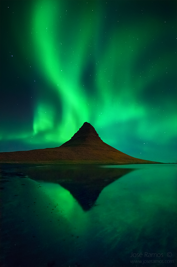 Iceland waterscape photography in Kirkjufell, showing the Northern Lights (Aurora Borealis), by landscape photographer José Ramos